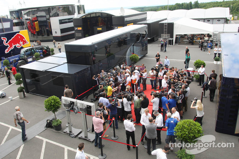(L naar R): Adrian Sutil, Sahara Force India F1; Sebastian Vettel, Red Bull Racing; Nico Hulkenberg, Sauber en Nico Rosberg, Mercedes AMG F1 met de media
