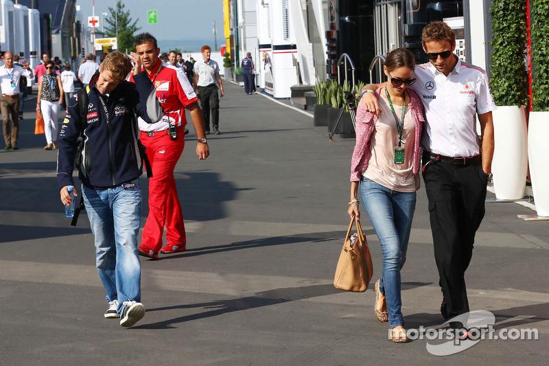(L naar R): Sebastian Vettel, Red Bull Racing met Jessica Michibata, en haar vriend Jenson Button, McLaren