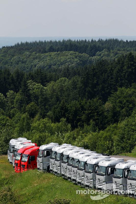 Caminhões das equipes na floresta