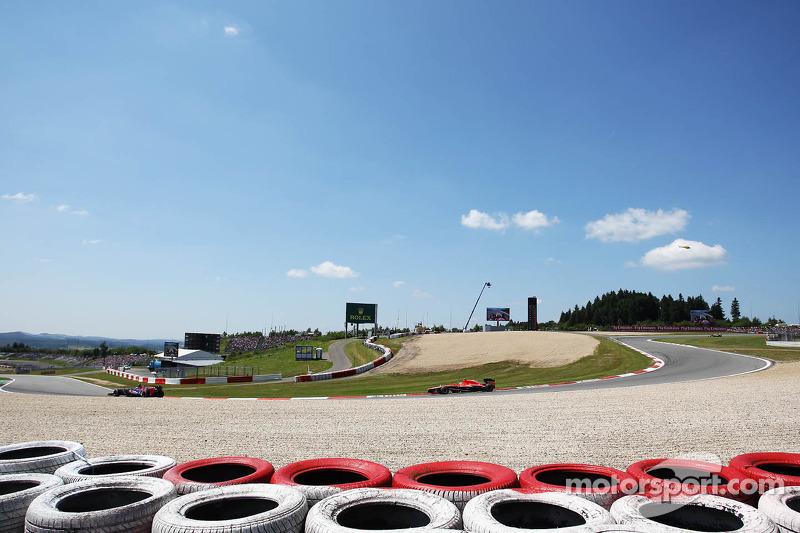 Daniel Ricciardo, Scuderia Toro Rosso STR8 leads Max Chilton, Marussia F1 Team MR02