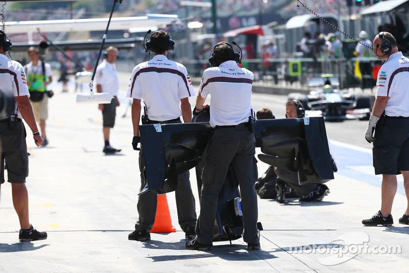 Esteban Gutierrez, Sauber C32 changes a front wing at a pit stop