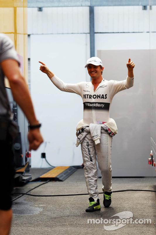 Nico Rosberg, Mercedes AMG F1 treina his football skills com Daniel Schloesser, Mercedes AMG F1 Physio