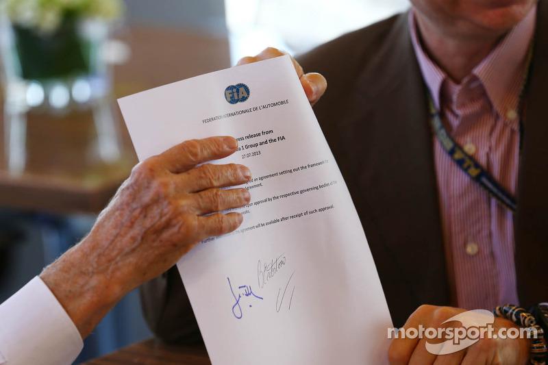 (L naar R): Bernie Ecclestone, CEO Formula One Group en Jean Todt, FIA President ondertekenen een vo