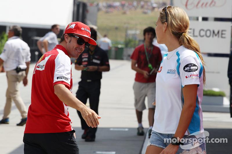 Fernando Alonso, Ferrari con Carmen Jorda, piloto de GP3