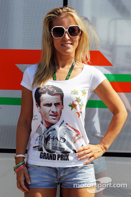 Jennifer Becks, veste a camiseta em comemoração aos 100 GPs do namorado Adrian Sutil, Sahara Force I