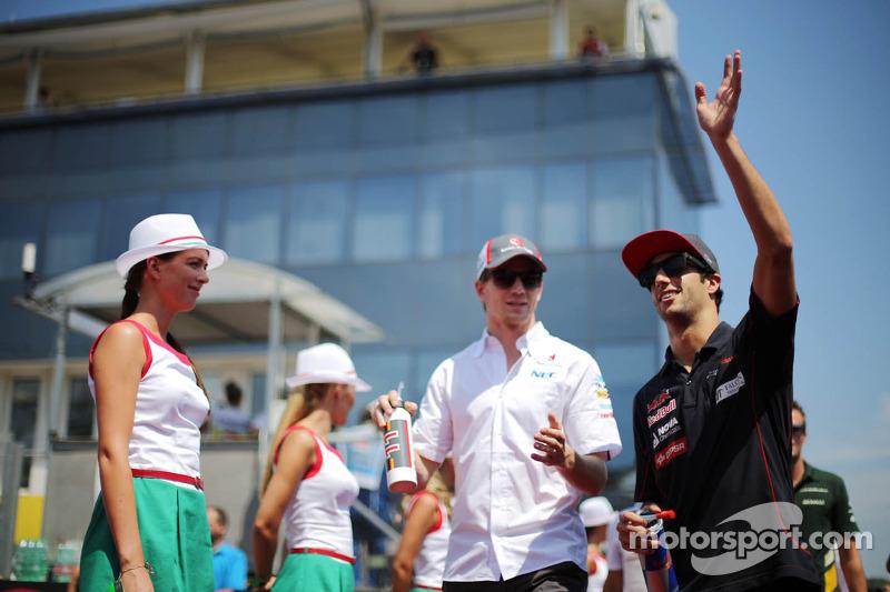 (L naar R): Nico Hulkenberg, Sauber en Daniel Ricciardo, Scuderia Toro Rosso bij de rijdersparade
