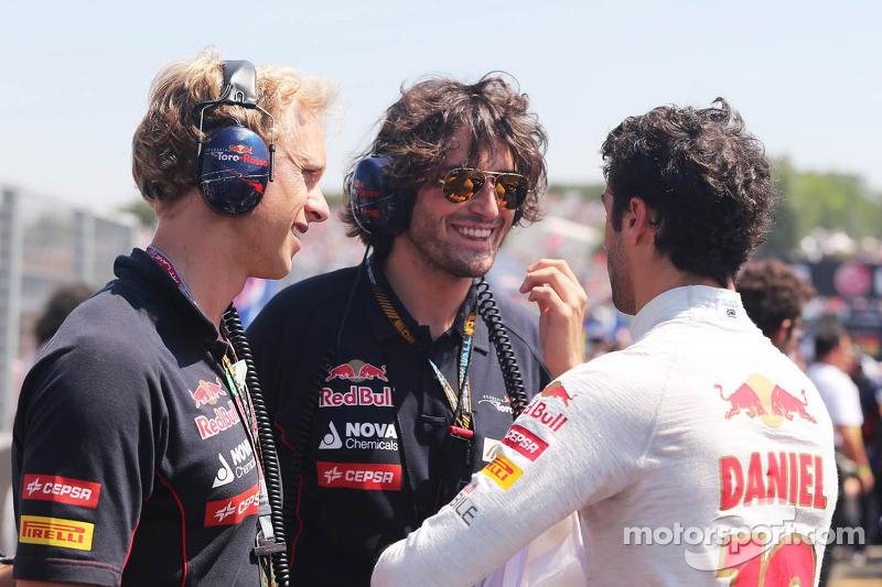 Daniel Ricciardo, Scuderia Toro Rosso STR8 met Stuart Smith, Scuderia Toro Rosso Physio, op de grid