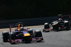 Sebastian Vettel, Red Bull Racing lidera Romain Grosjean, Lotus F1 E21