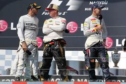 O pódio: vencedor Lewis Hamilton, Mercedes AMG F1; Kimi Raikkonen, Lotus F1 Team, segundo; e Sebastian Vettel, Red Bull Racing terceiro