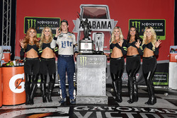 1. Brad Keselowski, Team Penske Ford, mit den Monster-Girls