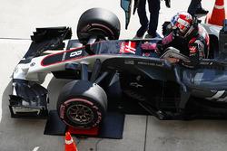 Romain Grosjean, Haas F1 Team VF-17, en el puente de pesaje FIA