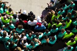 Команда Mercedes AMG F1 празднует победу и титул в Кубке Конструкторов