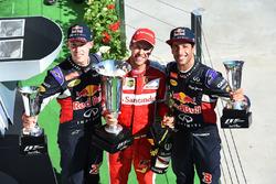 Daniil Kvyat, Red Bull Racing, racewinnaar Sebastian Vettel, Ferrari en Daniel Ricciardo, Red Bull Racing op het podium
