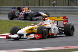 Fernando Alonso, Renault F1 Team R29 precede Mark Webber, Red Bull Racing RB5