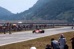 Carlos Reutemann, Ferrari 312T2, sous le drapeau à damier
