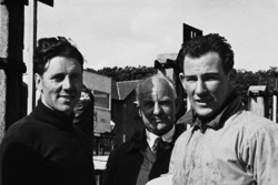 Geoff Duke and Stirling Moss talk in the pits