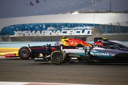 Max Verstappen, Red Bull Racing RB12 ve Nico Rosberg, Mercedes F1 W07 Hybrid