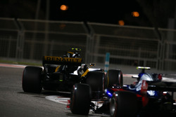 Carlos Sainz Jr., Renault Sport F1 Team RS17, Pierre Gasly, Scuderia Toro Rosso STR12