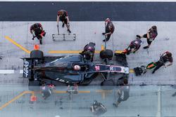 Kevin Magnussen, Haas F1 Team VF-17, es atendido por el equipo