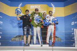 Podio Trofeo: il vincitore Tom Chilton, Sébastien Loeb Racing, Citroën C-Elysée WTCC, il secondo classificato Rob Huff, All-Inkl Motorsport, Citroën C-Elysée WTCC, il terzo classificato Mehdi Bennani, Sébastien Loeb Racing, Citroën C-Elysée WTCC