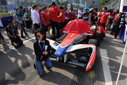Un ospite posa con la monoposto di Felix Rosenqvist, Mahindra Racing, in griglia