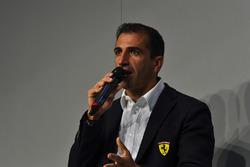 Marc Gene parle à Henry Hope-Frost sur la scène Autosport