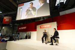 John McGuinness parle à Henry Hope-Frost sur la scène Autosport