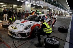 Pit stop, #62 FACH AUTO TECH Porsche 991-II Cup: Matt Campbell, Julien Andlauer, Thomas Preining, Jens Richter