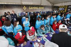 Lucas di Grassi, Audi Sport ABT Schaeffler, Antonio Felix da Costa, Andretti Formula E Team, signent des autographes pour les fans