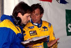Гонщик Benetton Ford Риккардо Патрезе общается с инженером
