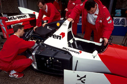 Mecánicos trabajan en el coche de  Ayrton Senna, McLaren Ford MP4/8