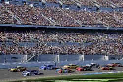 Erik Jones, Joe Gibbs Racing Toyota voor Alex Bowman, Hendrick Motorsports Chevrolet Camaro