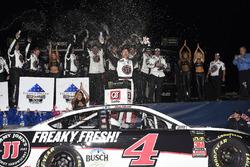 Kevin Harvick, Stewart-Haas Racing, Jimmy John's Ford Fusion, celebra en victory lane