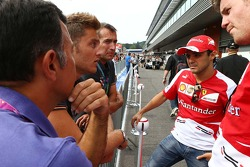Felipe Massa, Ferrari and Rob Smedley, Ferrari Race Engineer with fans
