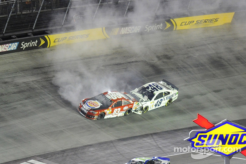 Crash voor David Reutimann, BK Racing Toyota en Jimmie Johnson, Hendrick Motorsports Chevrolet