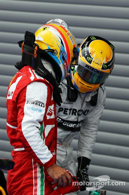 Fernando Alonso, Ferrari e Lewis Hamilton, Mercedes AMG F1 no parque fechado