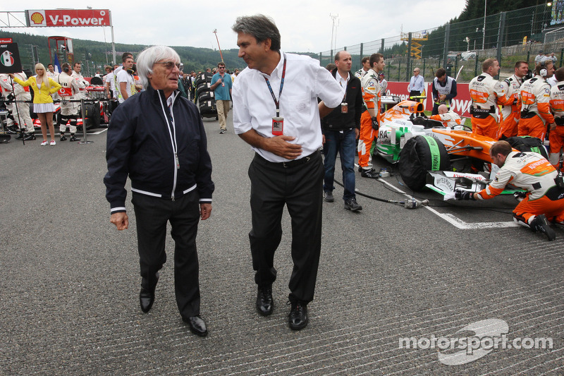 Bernie Ecclestone, CEO Formula One Group, en Pasquale Lattuneddu, FOM op de grid