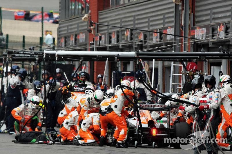 Adrian Sutil, Sahara Force India, faz um pit stop