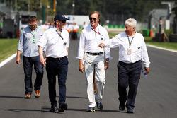 Danny Sullivan, FIA hakemi, ve Herbie Blash, FIA Delegesi