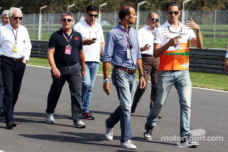 Adrian Sutil, Sahara Force India F1 loopt op het circuit met Gabriele Tarquini
