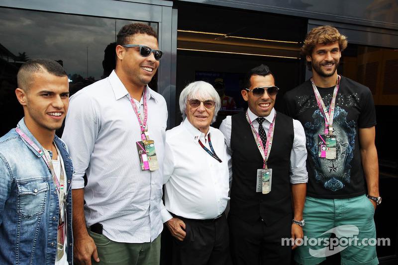 (L naar R): Ronaldo, ex-voetballer met Bernie Ecclestone, CEO Formula One Group en Fernando Llorente