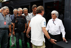 Bernie Ecclestone, CEO Formula One Group, met Crispin Thruston, fotograaf