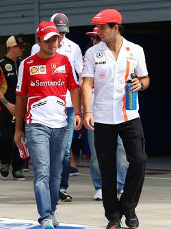 (L naar R): Felipe Massa, Ferrari en Sergio Perez, McLaren bij de rijdersparade