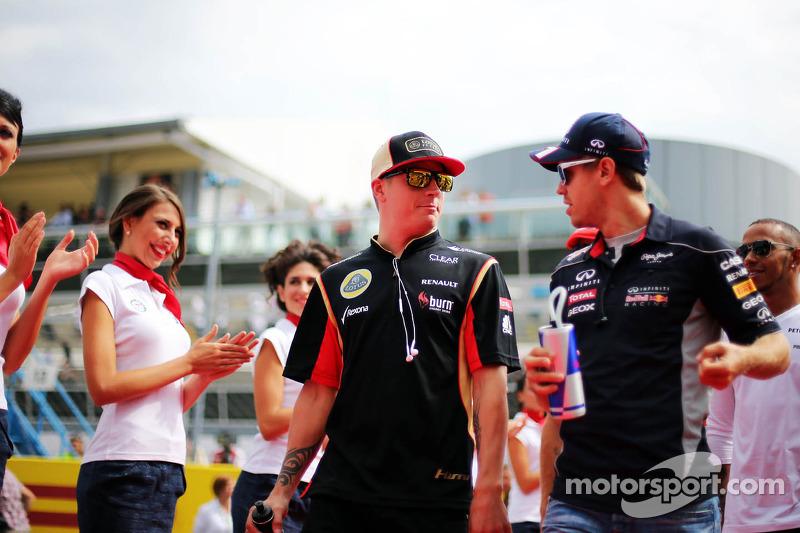 (L naar R): Kimi Raikkonen, Lotus F1 Team en Sebastian Vettel, Red Bull Racing bij de rijdersparade
