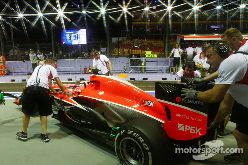 Max Chilton, Marussia F1 Team MR02 in the pits