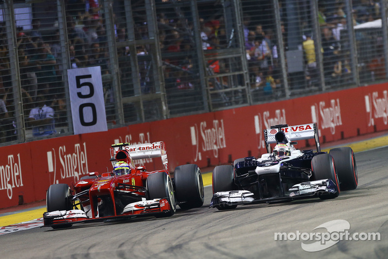 Pastor Maldonado, Williams FW35 and Felipe Massa, Ferrari F138 battle for position