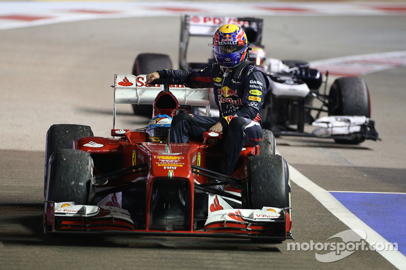 Singapore 2013: Fernando Alonso (Ferrari) carica Mark Webber (Red Bull)
