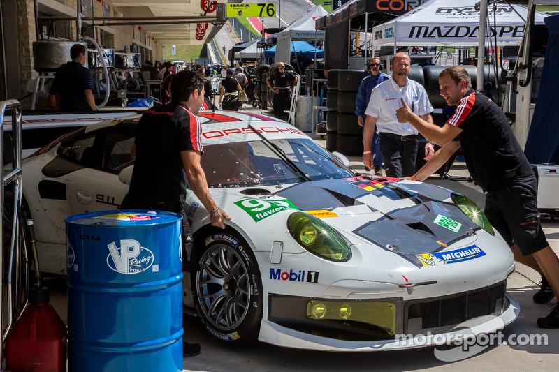 #92 Porsche komt terug naar de pits na de kwalificatie