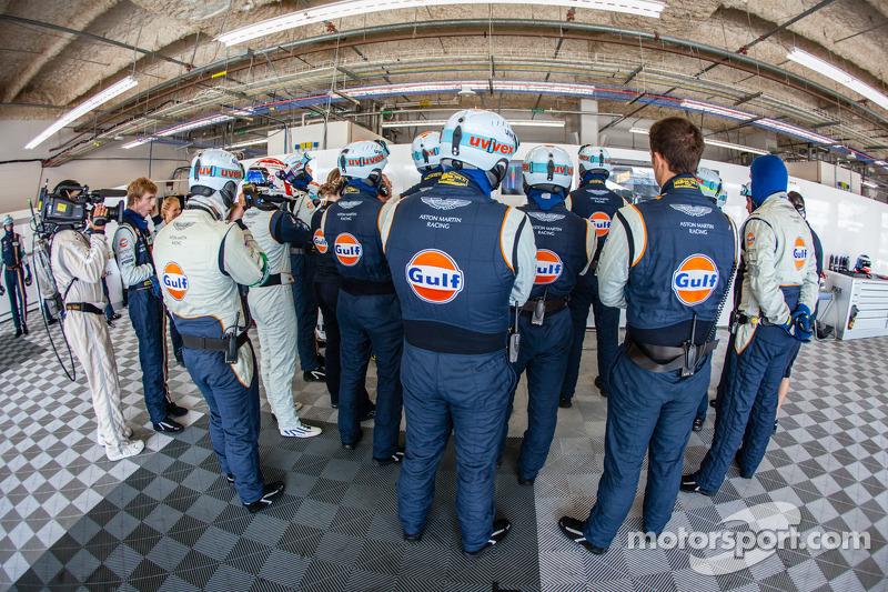 Aston Martin Racing teamleden bekijken de kwalificatie