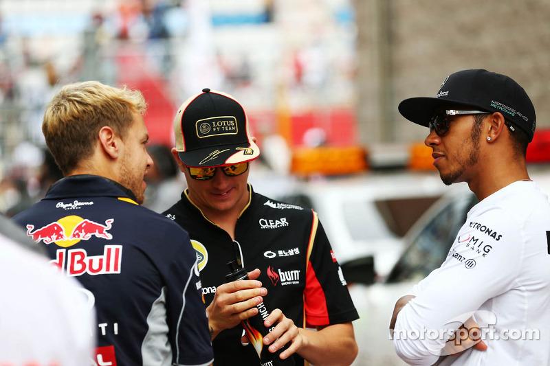 (L naar R): Sebastian Vettel, Red Bull Racing met Kimi Raikkonen, Lotus F1 Team en Lewis Hamilton, Mercedes AMG F1 bij de rijdersparade
